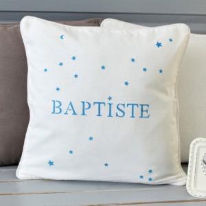 Coussin blanc motif petites étoiles personnalisé avec un prénom