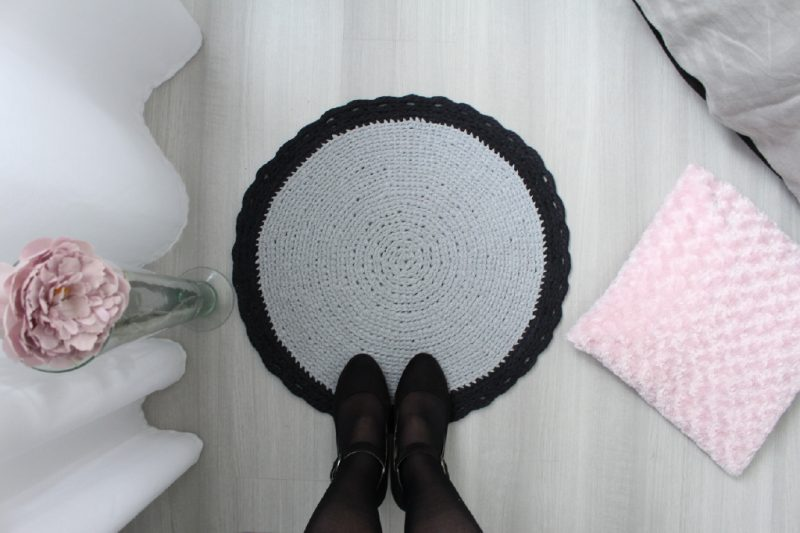 tapis rond gris au crochet ateliernat. Black Bedroom Furniture Sets. Home Design Ideas