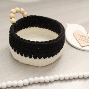 Panier corbeille noir et blanc avec anse perlée