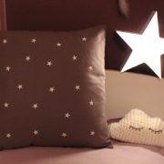 Coussin taupe lumineux Pluie d'étoiles phosphorescentes
