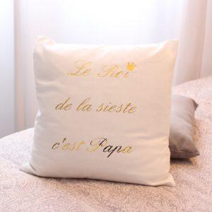 """Coussin """"Le Roi de la sieste"""" blanc et or personnalisable"""