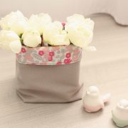 Panier en tissu gris et fleurs roses