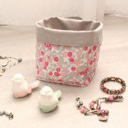 Paniers tissu gris et fleurs roses