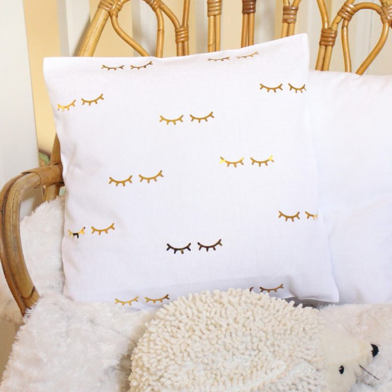 coussin cils blanc et or d coration chambre enfant b b. Black Bedroom Furniture Sets. Home Design Ideas