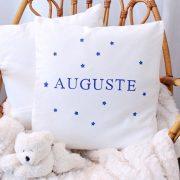 Coussin blanc motif étoiles personnalisé avec un prénom