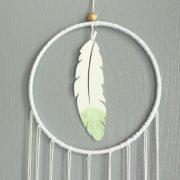 Attrape-rêve plume vert tendre gris et or