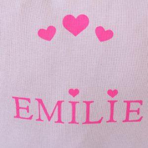Coussin blanc motif cœurs personnalisé avec un prénom
