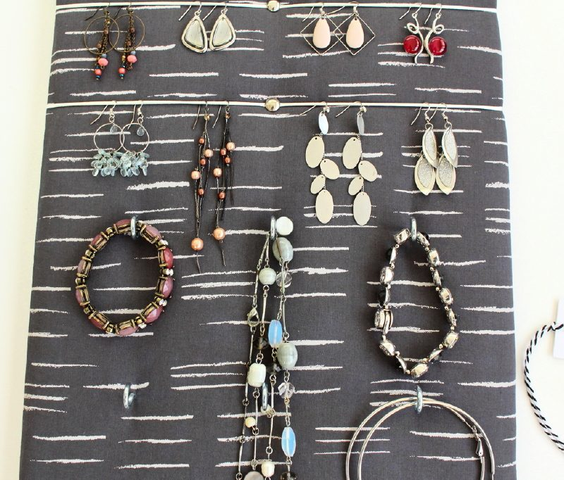 porte bijoux mural gris pour boucles d 39 oreilles colliers bracelets. Black Bedroom Furniture Sets. Home Design Ideas