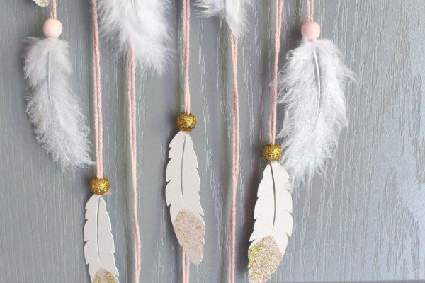 attrape-rêve plume rose et or à paillettes