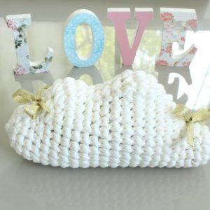 Coussin nuage tricot blanc nœuds dorés