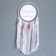 Attrape-rêve pompon et dentelle rose et blanc personnalisé avec un prénom