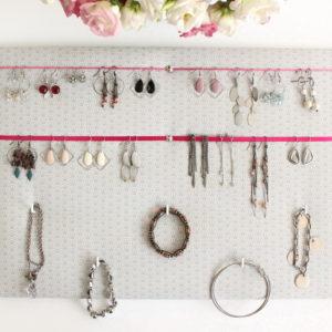 Porte bijoux mural gris et rose pour Boucles d'oreilles Colliers Bracelets