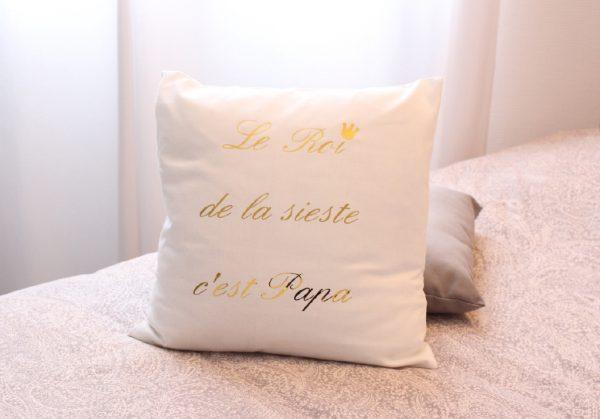 """Coussin blanc """"Le Roi de la sieste c'est Papa"""" personnalisable"""