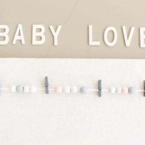 Pêle-mêle photo blanc avec perles grises et roses