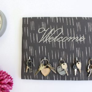 Panneau porte-clés Welcome gris et strass