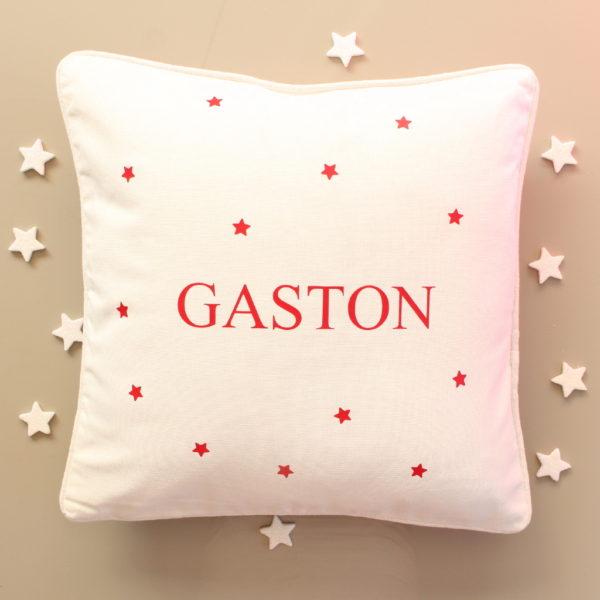 Coussin blanc motif étoiles rouge personnalisé avec un prénom