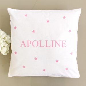 Coussin blanc motif étoiles roses personnalisé avec un prénom