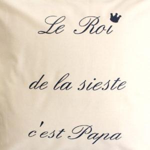 """Coussin écru """"Le Roi de la sieste c'est Papa"""""""