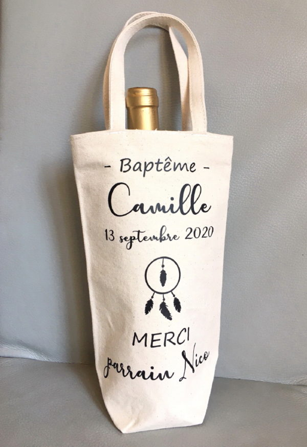 Le Sac à bouteille personnalisé Cadeau invité est un sac cadeau pour bouteille personnalisable avec le prénom ou surnom de votre choix.