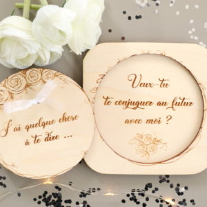 Coffret surprise en bois Couronne de roses pour demande en mariage personnalisée