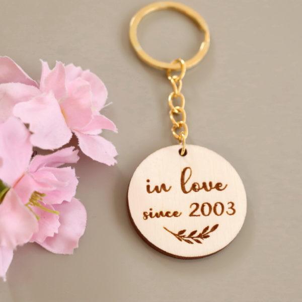 """Porte-clés en bois """"in love"""" personnalisable"""