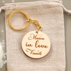 """Porte-clés en bois """"in love"""" à personnaliser avec prénoms"""