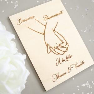 Affichette carte en bois Mains enlacées à graver avec prénoms