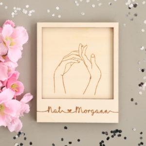 Carte en bois gravé Mains couple à personnaliser