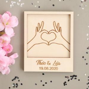 Carte en bois gravé à personnaliser Modèle Mains en cœur