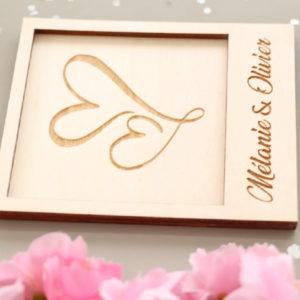 Carte en bois gravé à personnaliser Modèle Coeurs enlacés
