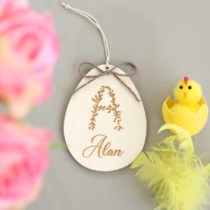 Suspension œuf de Pâques en bois personnalisé avec Initiale florale et prénom
