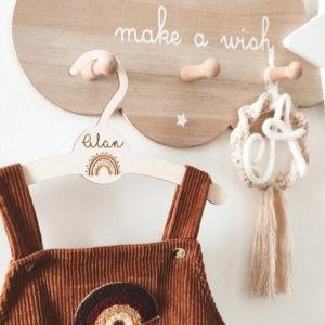 Cintre bébé en bois personnalisé arc-en-ciel