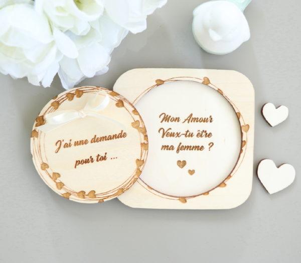 Coffret surprise en bois Couronne de cœurs pour demande en mariage personnalisée