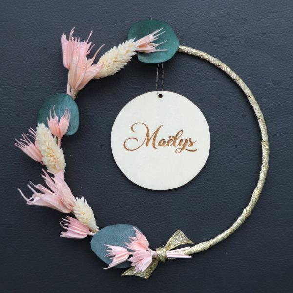 """Couronne de fleurs séchées """"Maëlys"""" avec eucalyptus et Médaillon prénom en bois"""