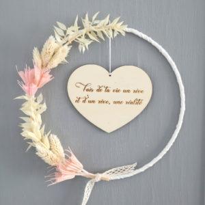 """Couronne de fleurs séchées """"Manon"""" avec Suspension cœur en bois à personnaliser"""