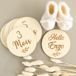 Cartes étapes bébé en bois gravé feuillage x7 dans pochon personnalisé