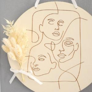 Suspension plaque décorative visages avec bouquet de fleurs séchées