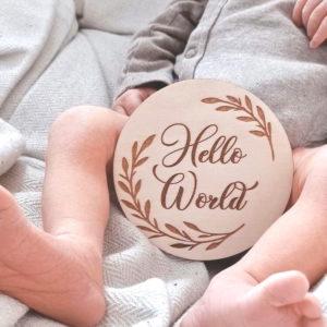 """Carte naissance en bois """"Couronne de feuilles"""" gravure personnalisée avec prénom ou mot"""