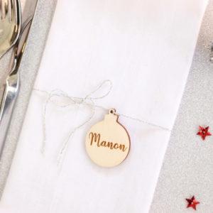 Marque place en bois Boule de Noël personnalisé