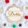Boule de Noël en bois prénom dans encart feuillage