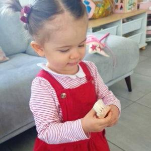 Brosse bébé en bois personnalisable dans encart floral
